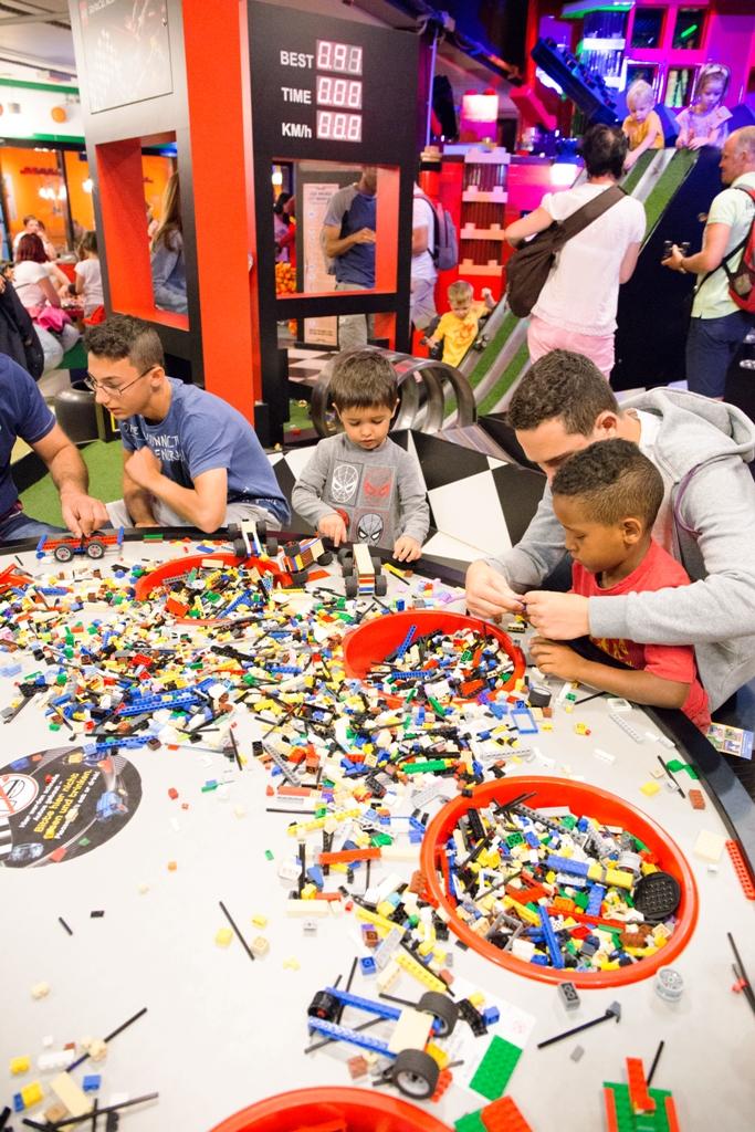 bambini che giocano a Legoland