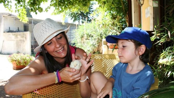 una mamma e un bambino in una fattoria didattica a Trapani