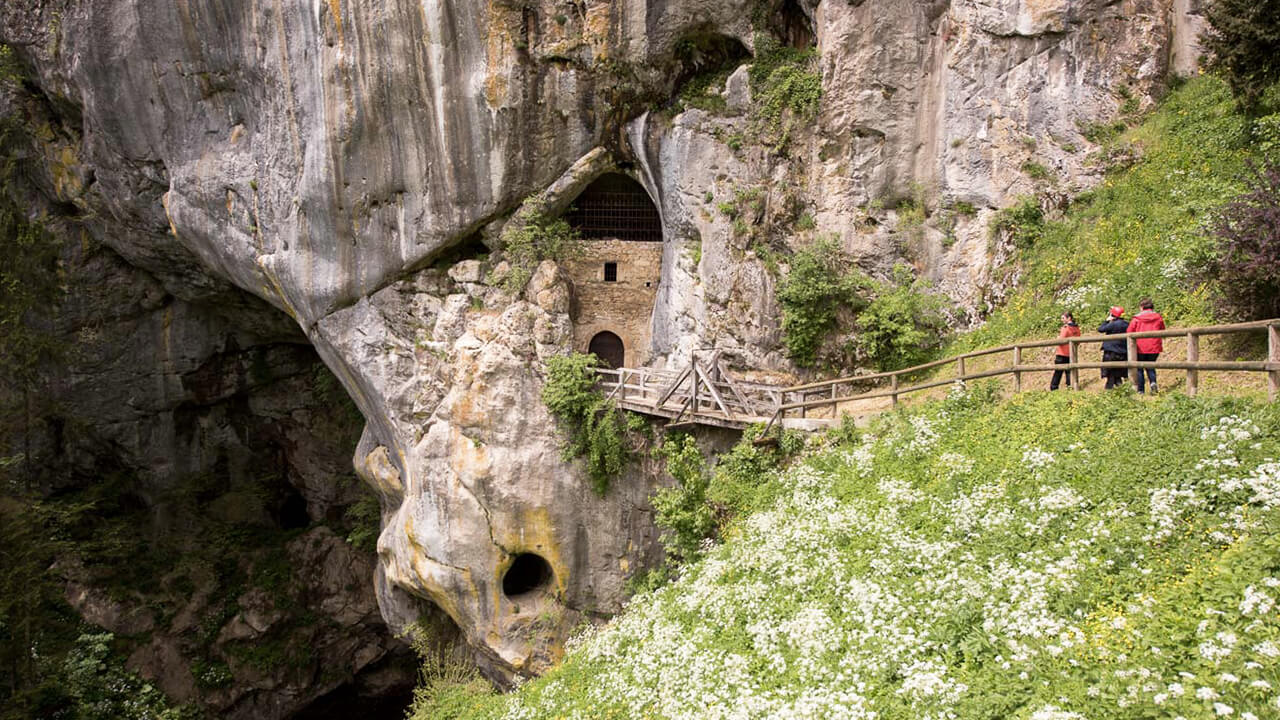castello di predjama con i bambini-grotta sotto il castello