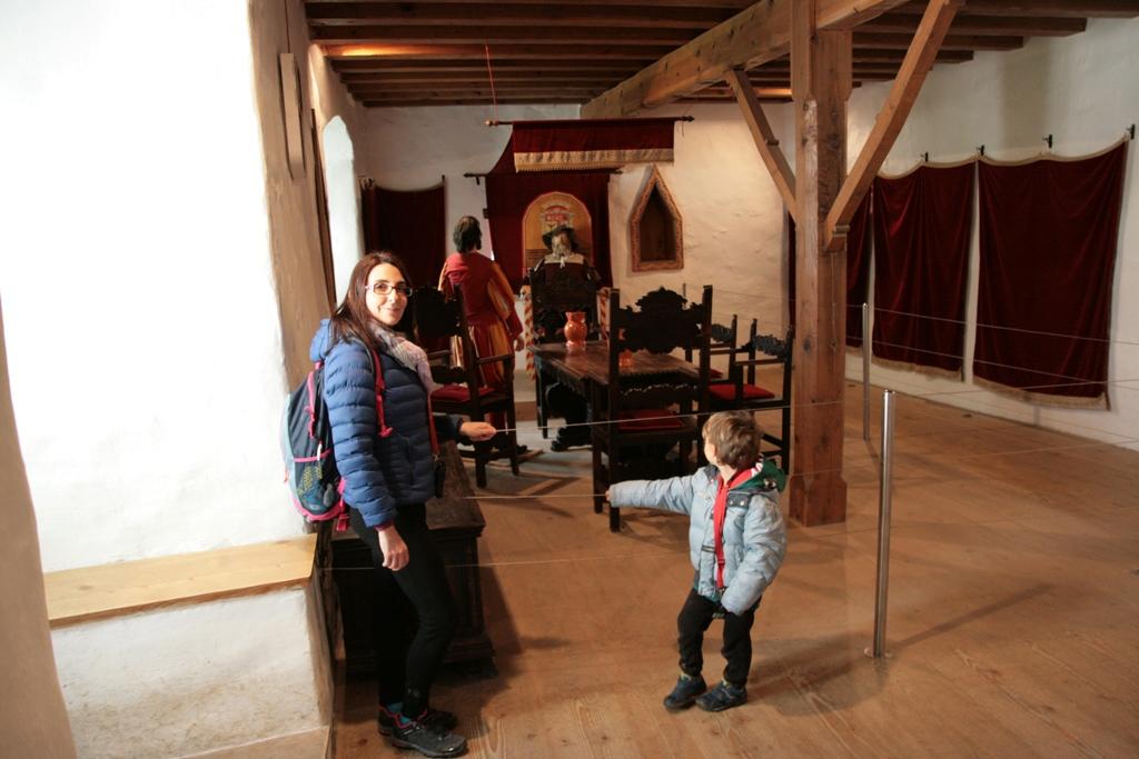 mamma e bambini castello di predjama con i bambini