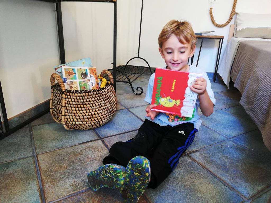 un bimbo che legge