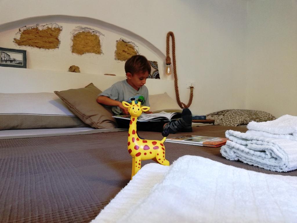 bambino che legge in una casa vacanze a agrigento
