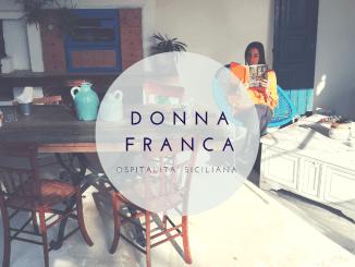 Donna che legge un libro in una casa vacanze a Agrigento