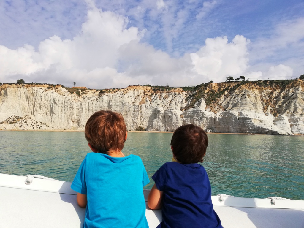 bambini in barca a Agrigento