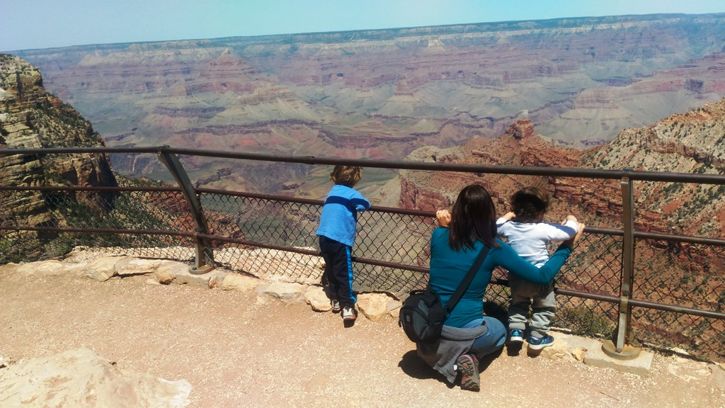 dei bambini che guardano il grand canyon
