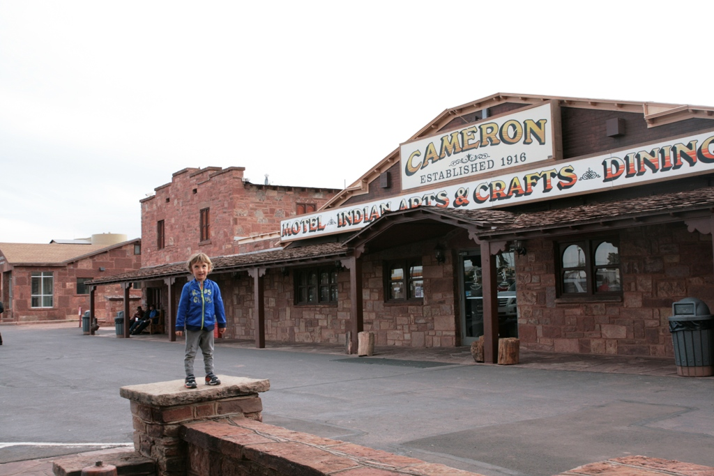 un bambino al cameron trading post vicino il grand canyon