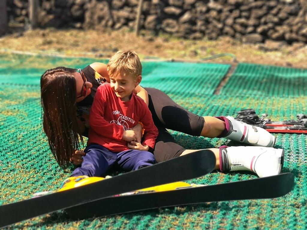 mamma e figlio in una pista da sci a Catania