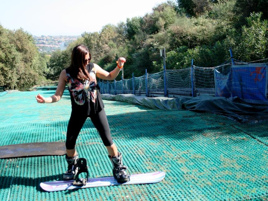 una donna che prende lezioni di snowboard a Catania