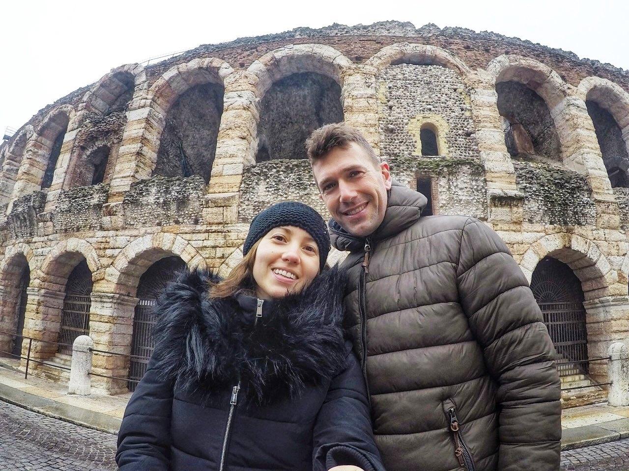 una famiglia davantil'arena di Verona