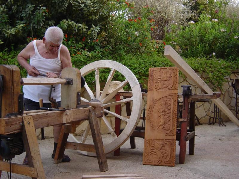 maestro la scala che costruisce un carretto siciliano