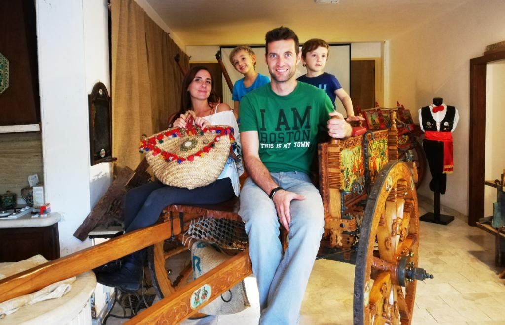 una famiglia su un carretto siciliano