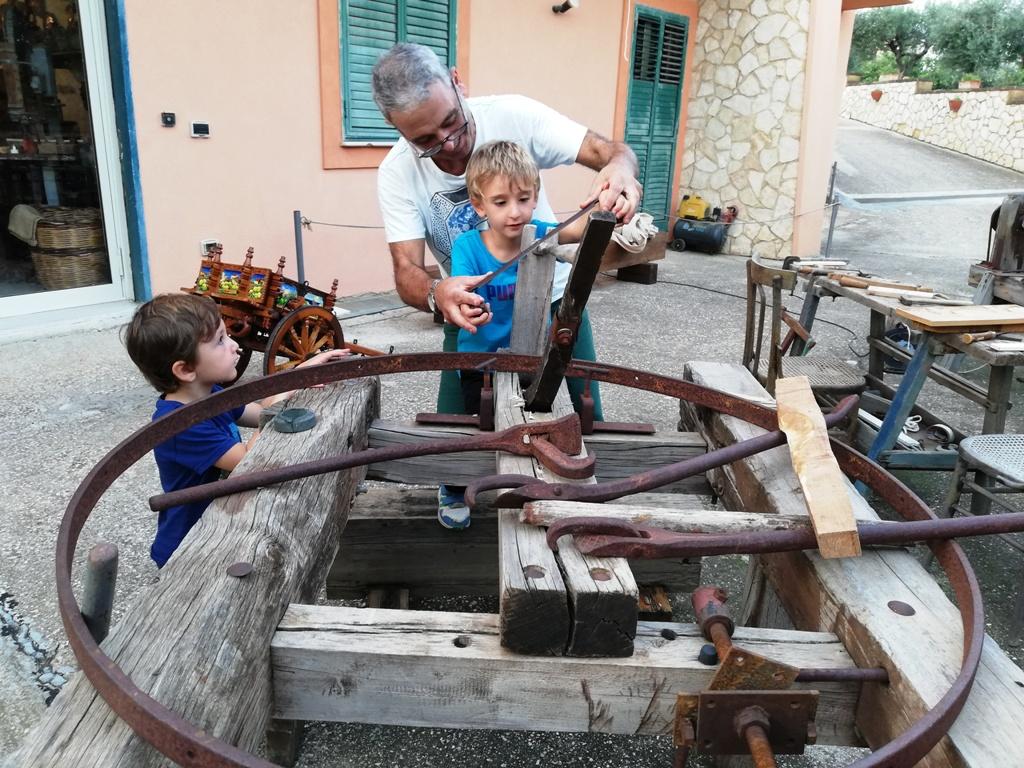 bambini che imparano l'arte del carretto siciliano