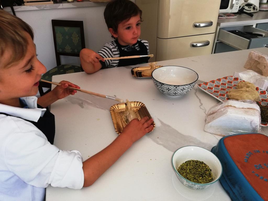 bambini che fanno un corso di cucina in Sicilia