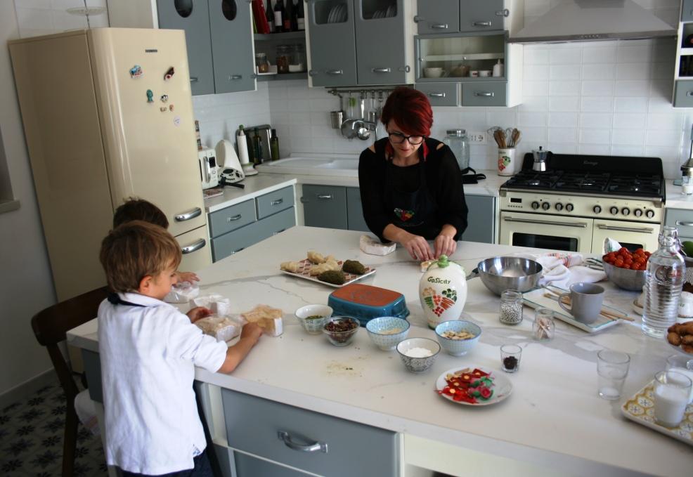 donna e bambino che fanno corsi di cucina in Sicilia