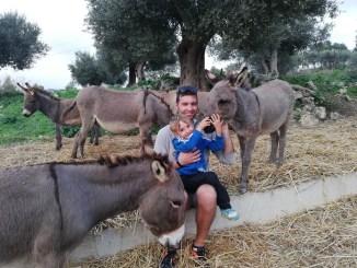 una famiglia in una fattoria didattica ad agrigento