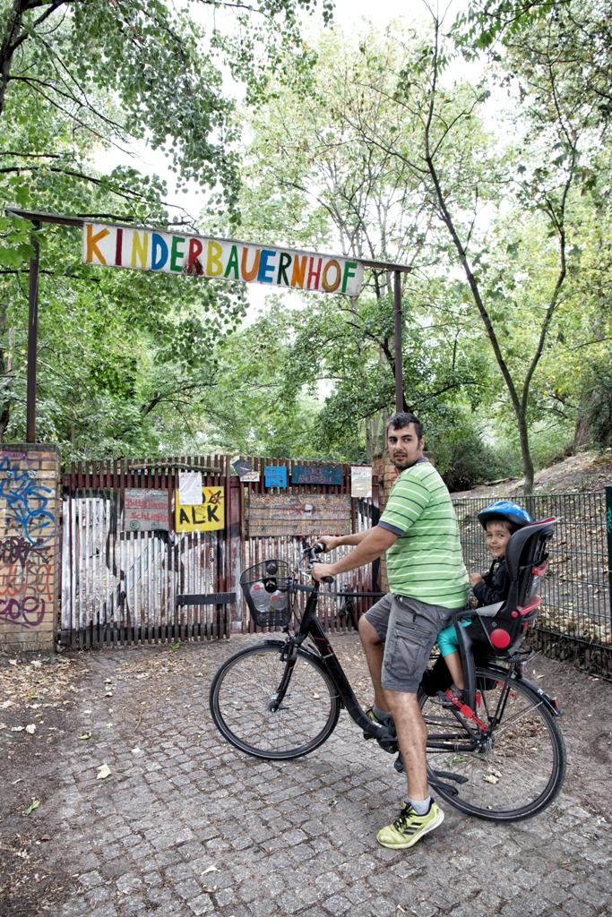 un bambino a Berlino in bicicletta