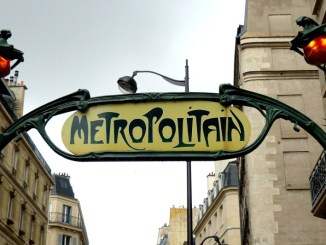 insegna della metropolitana di parigi