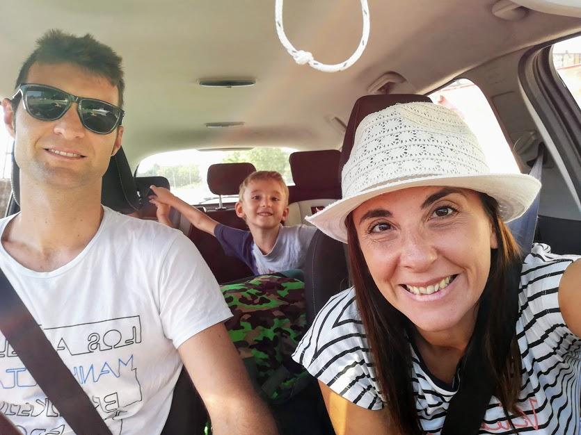 una famiglia in un'automobile