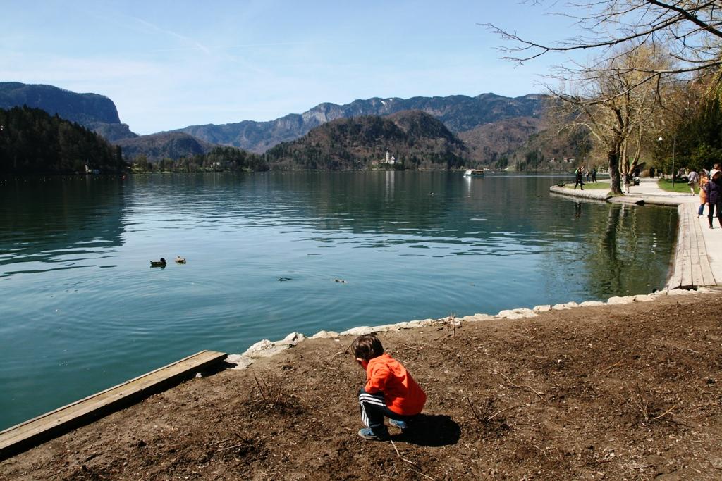 un bambino che gioca al Lago di Bled