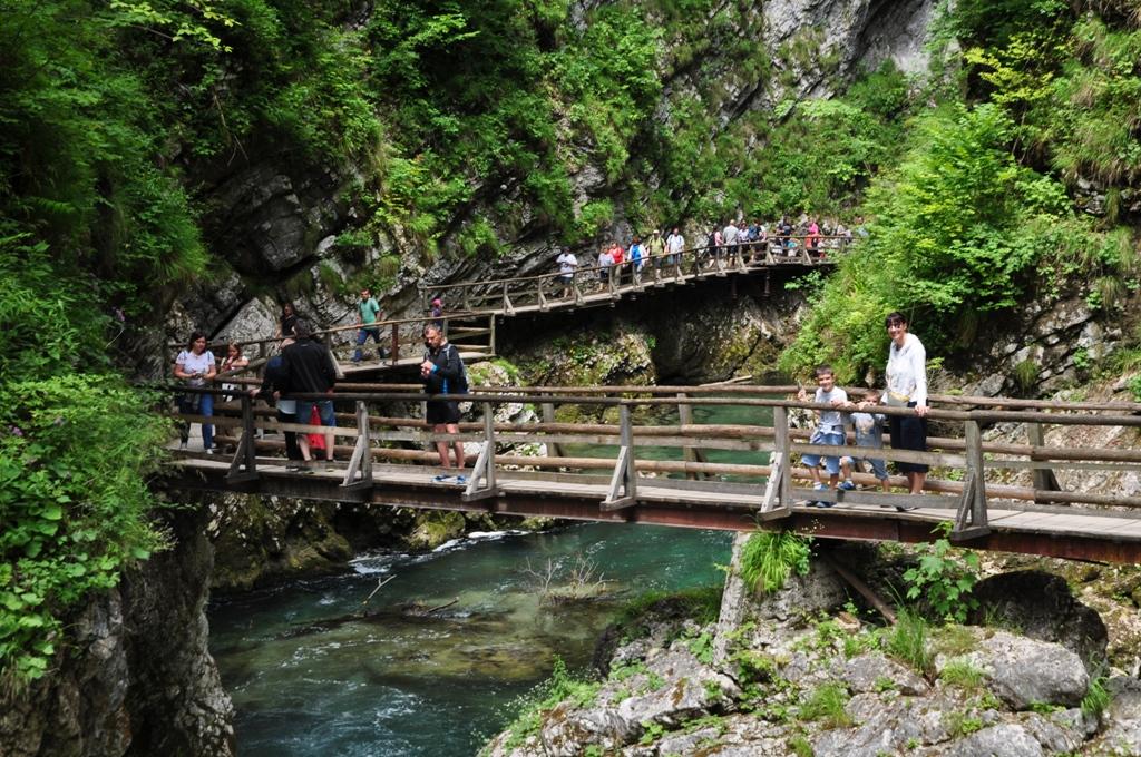 una famiglia alle gole di vintgar vicino Bled