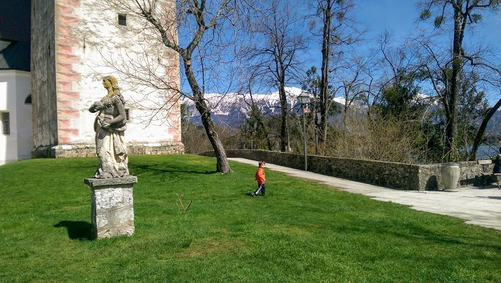 un bambino sull'isolotto di Bled