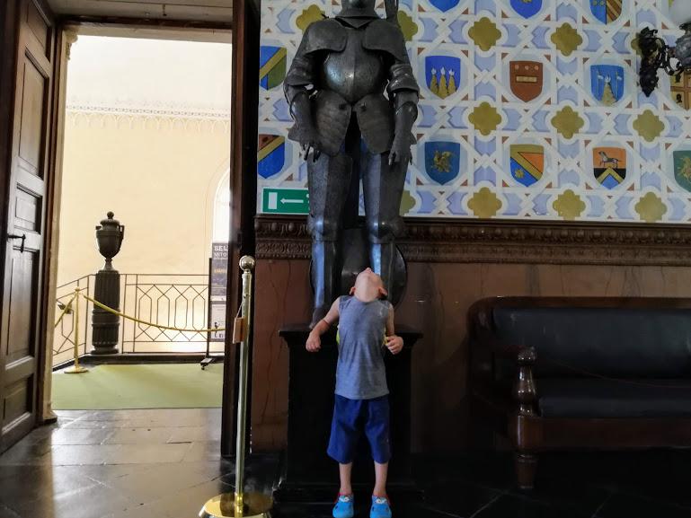 un bambino che gioca al Castello di Donna Fugata