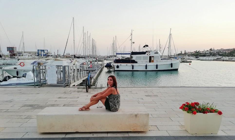 una donna a Marina di Ragusa
