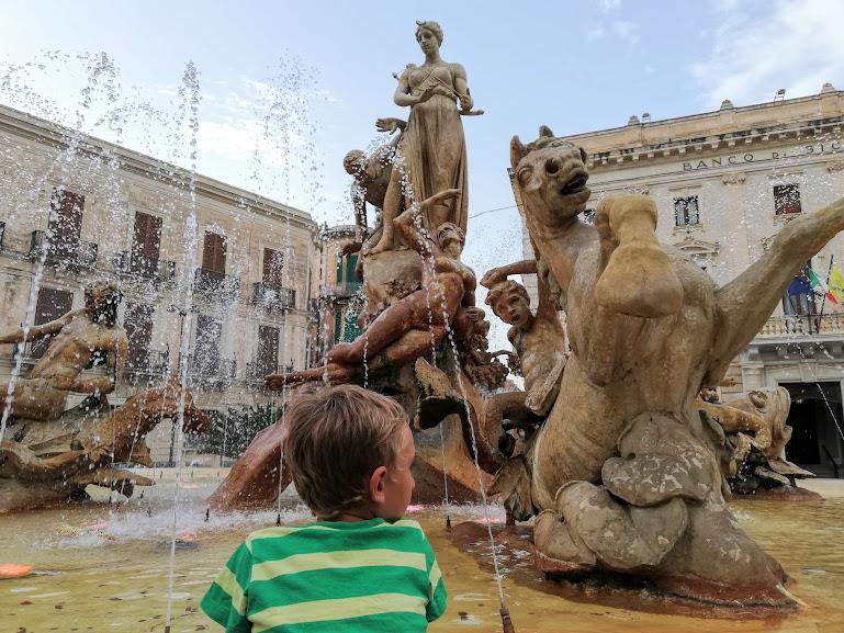 Fontana di Diana a Siracusa per un tour con bambini in Sicilia Orientale