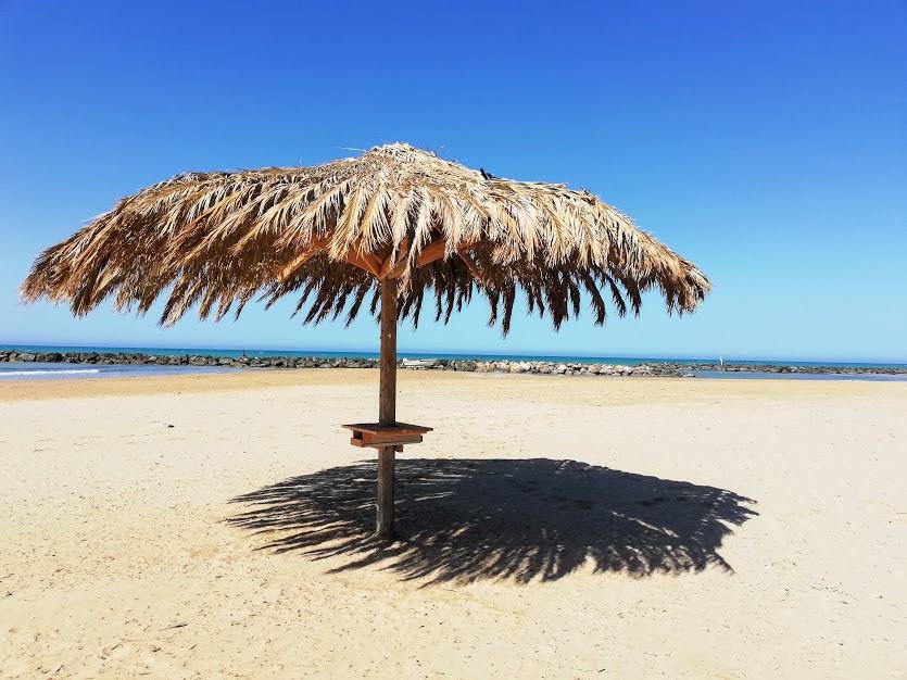 spiaggia con ombrellone a Donna Lucata in Sicilia