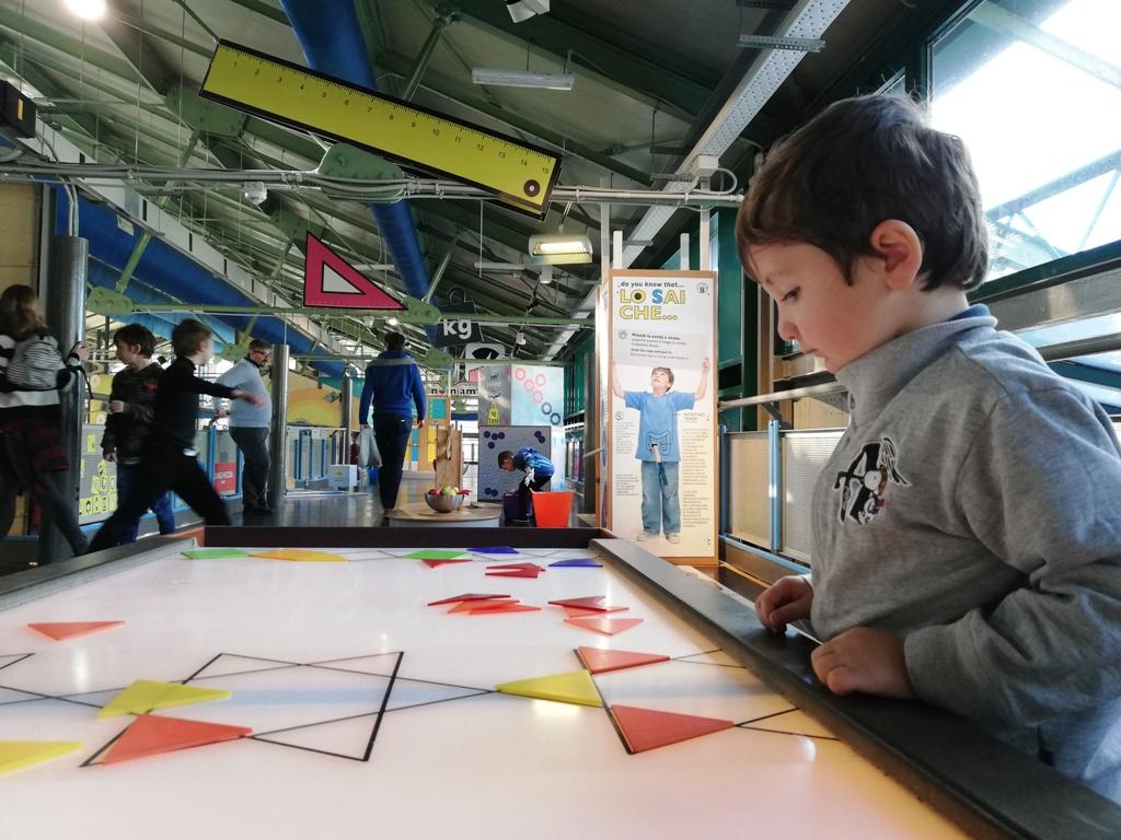 un bambino al museo explora di Roma