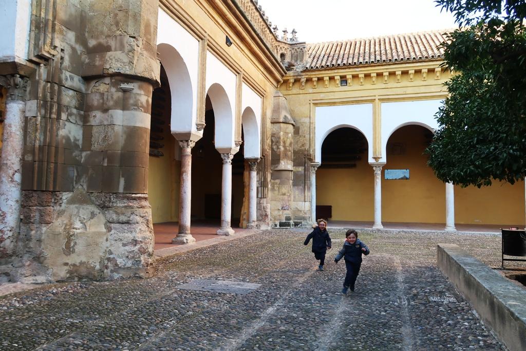 bambini che corrono alla mezquita di Cordoba