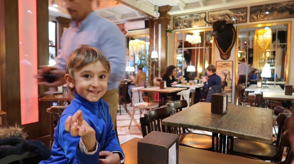 un bambino in un bar a tapas di Siviglia