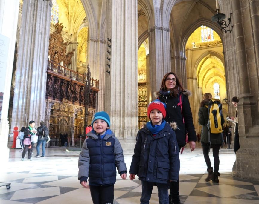 bambini alla cattedrale di Siviglia