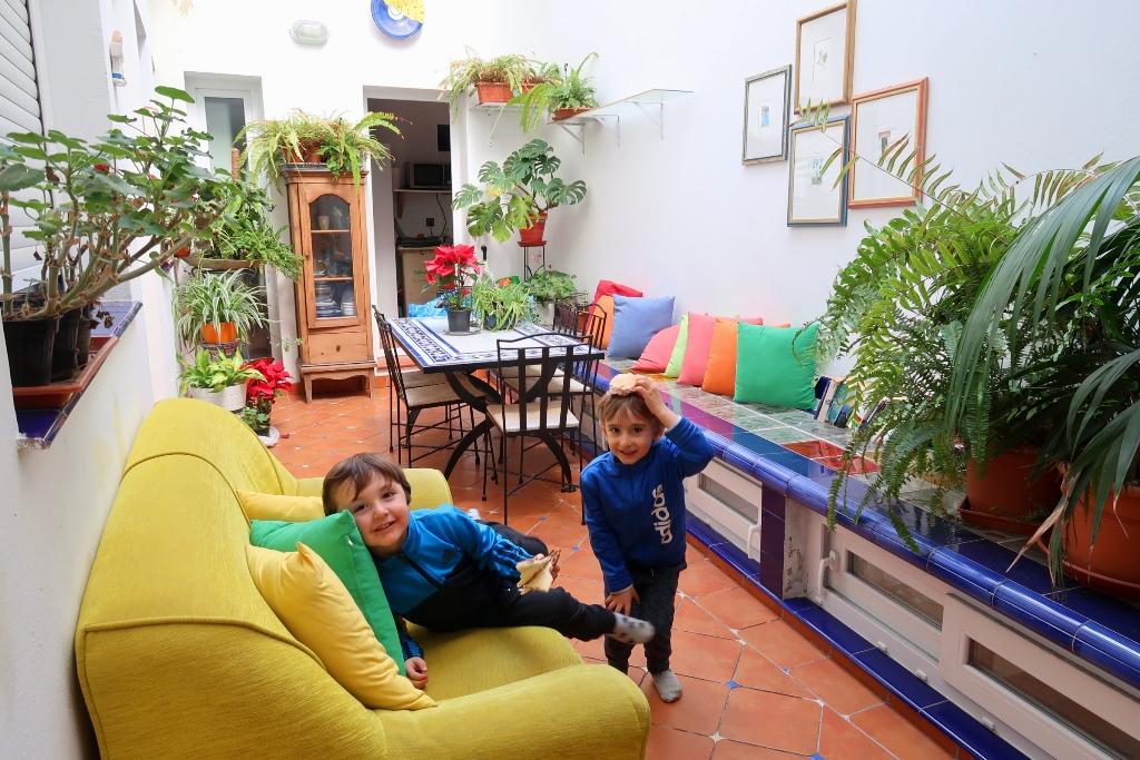 bambini che giocano in un patio colorato di Siviglia