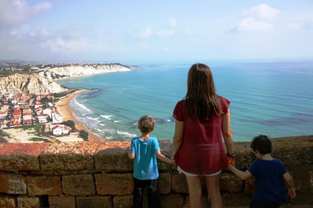 des enfants avec leur maman en Sicile