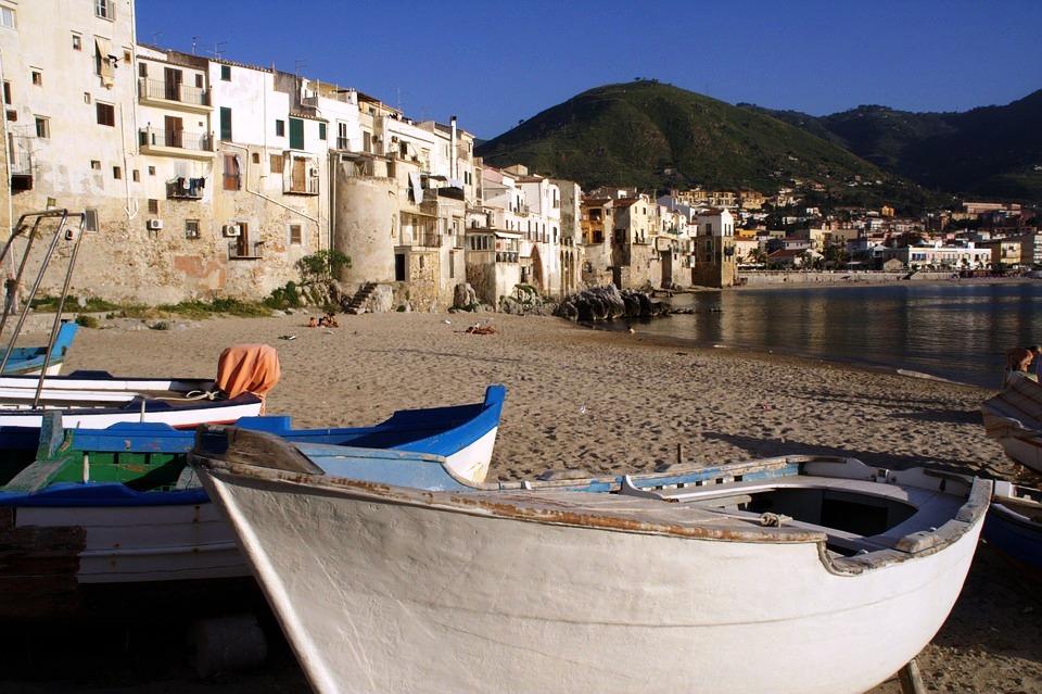 barche sulla spiaggia a Cefalù Palermo