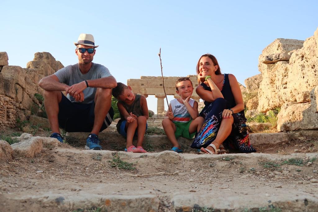 una famiglia a Selinunte in sicilia occidentale