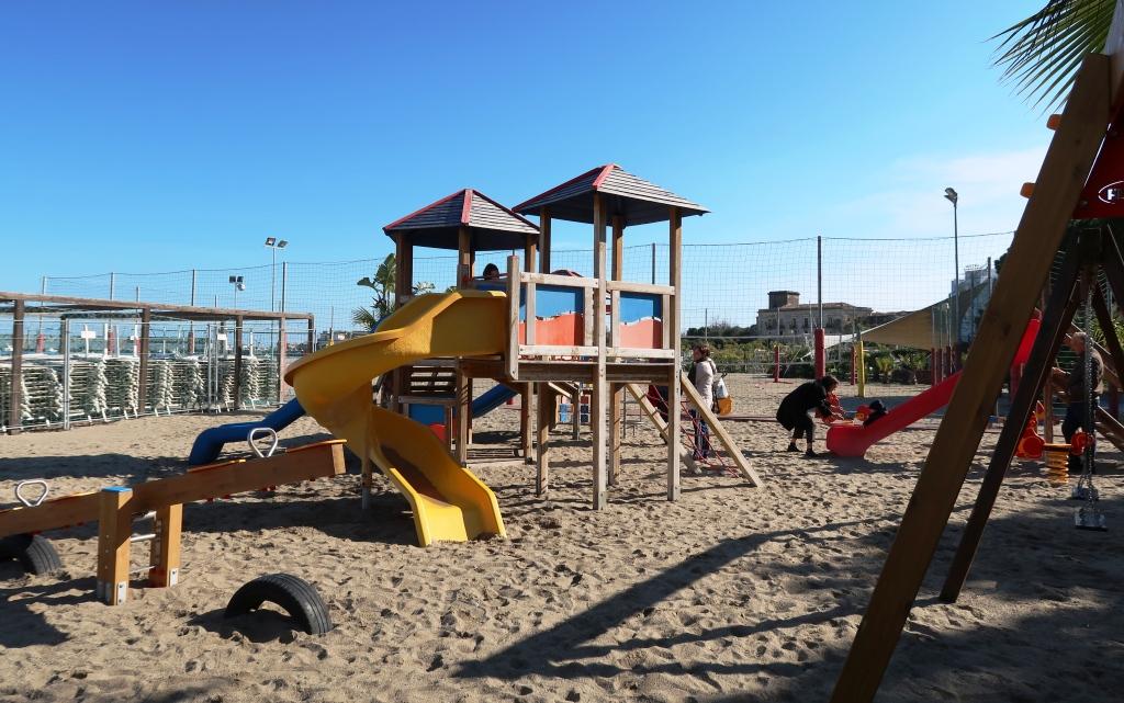 parco giochi sulla spiaggia a Giardini Naxos
