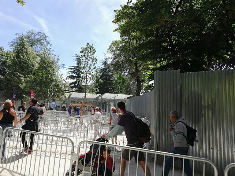 fila per controlli di sicurezza alla Torre eiffel
