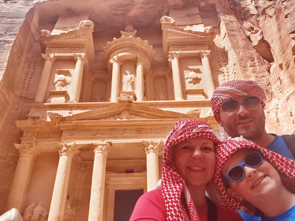 una famiglia al sito archeologico di Petra