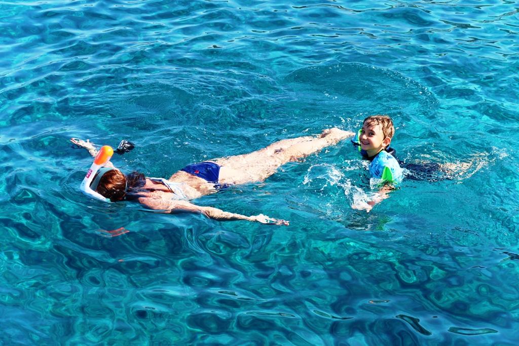 mamma e bambino che fanno snorkeling con la maschera easybreath di Decathlon