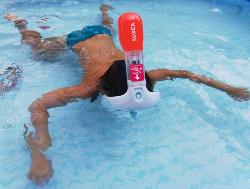 bimbo in piscina con la maschera easybreath junior