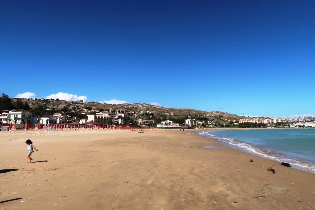 spiaggia di Porto Empedocle vicino Agrigento