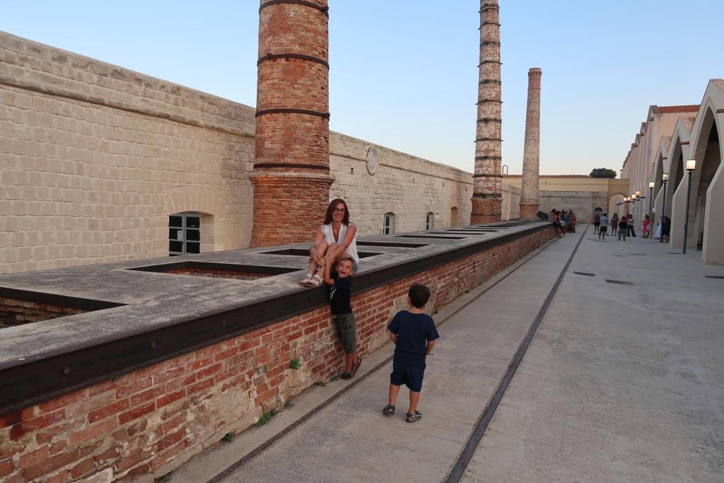 donna e bambini allo stabilimento Florio di Favignana