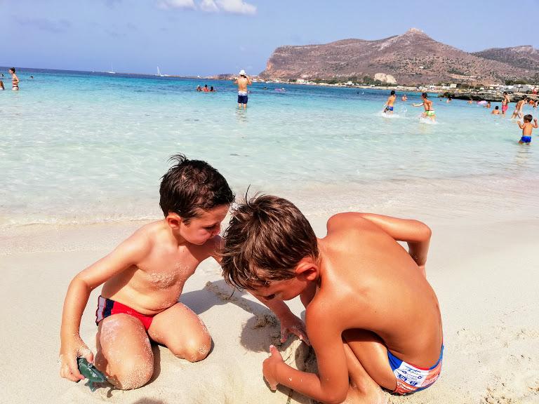 bambini che giocano sulla spiaggia di Favignana