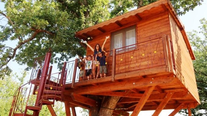 una famiglia in una casa sull'albero in Calabria