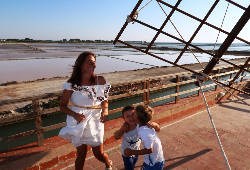 mamma e bambini con mulino a vento