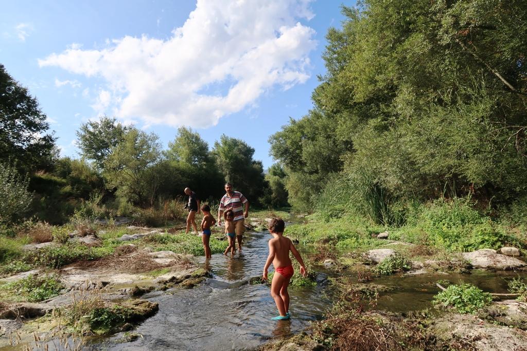 bambino che cammina lungo il fiume alcantara