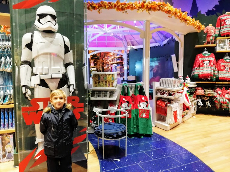 bambino al disney store di new york