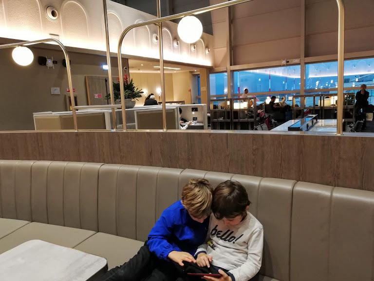 bambini che giocano seduti alla Plaza Premium Lounge di Fiumicino